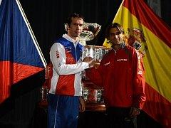 Radek Štěpánek z českého týmu a David Ferrer (vpravo) ze španělského celku.
