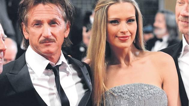 MYSLÍ NA CHARITU. Herec Sean Penn s českou modelkou Petrou Němcovou.