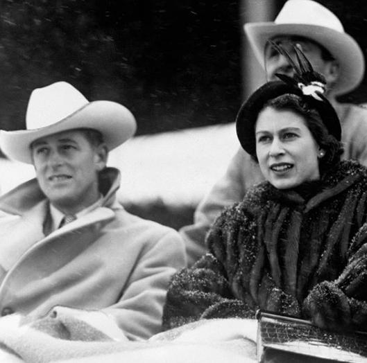 Kvůli svatbě, kterou si Alžběta nakonec prosadila, Philip s již poangličtěnou verzí jména své matky Mountbatten konvertoval k anglikánům a vzdal se řecké i dánské koruny.