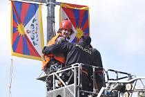 Na Evropské třídě v Praze vyvěsila 28. března skupina aktivistů tibetské vlajky namísto českých a čínských, které zde byly nainstalované u příležitosti návštěvy čínského prezidenta Si Ťin-pchinga v ČR.