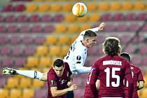 David Pavelka v souboji v zápase Evropské ligy proti Lille.