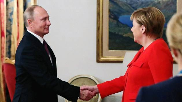 Vladimir Putin a Angela Merkelová na summitu G20 v argentinském Buenos Aires