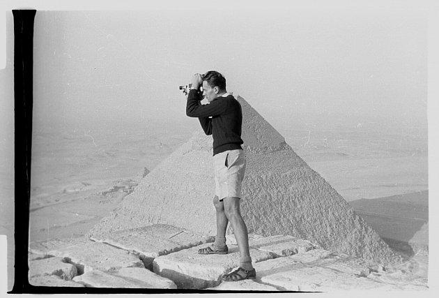 """""""Nocovali jsme na špičce Cheopsovy pyramidy. Tehdy to bylo ještě možné, byl to nezapomenutelný zážitek. Sledovali jsme, jak hluboko pod námi zNilu vychází slunce,""""vyprávěl Zikmund"""