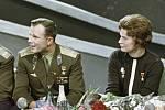Jurij Gagarin s první sovětskou kosmonautkou Valentinou Těreškovovou v televizním studiu