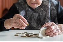 Důchody vzrostou o osm set korun.