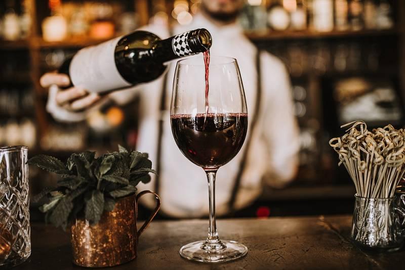 Užitečné rady o víně vám v dobré restauraci poskytne číšník či sommelier.