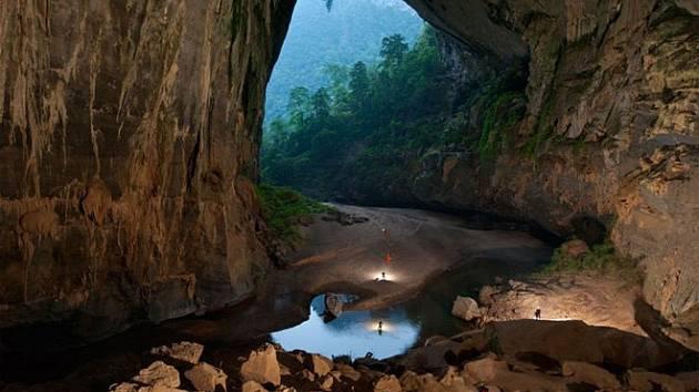 Jeskyně Son Doong tvoří největší podzemní sál na světě. A možná je ještě rozsáhlejší, než se čekalo