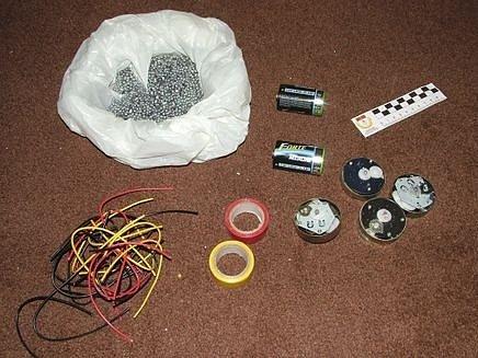 Předměty pro výrobu bomby, které zabavila špaňelská policie 14 osobám podezřelých z plánování útoků v Barceloně a Madridu.