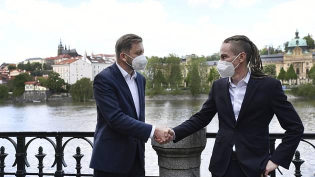 Předseda Starostů a nezávislých (STAN) Vít Rakušan (vlevo) a předseda Pirátů Ivan Bartoš