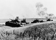 Německé tanky během pouzy poté, co zničily několik ruských strojů