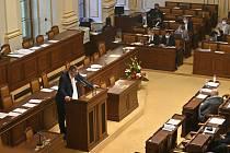 Poslanec Lubomír Volný při vystoupení na schůzi Poslanecké sněmovny,