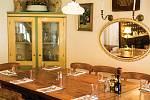Viktor Mráz nabízí v restauraci V Polích klasický vídeňský řízek z telecího hřbetu, smažený na přepuštěném  másle.