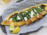 Turecká pizza pide se špenátem
