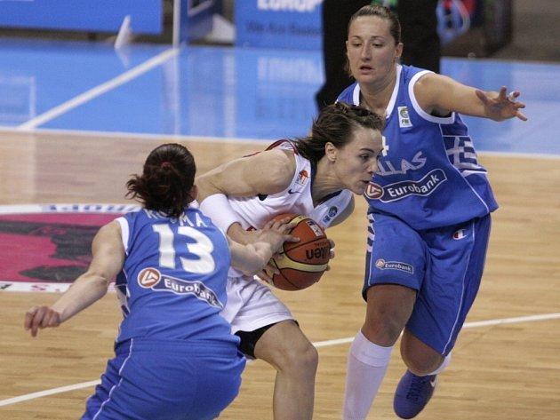 Řecké basketbalistky Afroditi Kosmaová (vlevo) a Dimitra Kalentzouová brání Francouzku Celine Dumercovou.