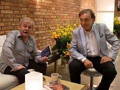 PŘÁTELÉ I VE FILMU. Karel Šíp a Karel Gott v povídce, kterou natočil Jan Hřebejk.
