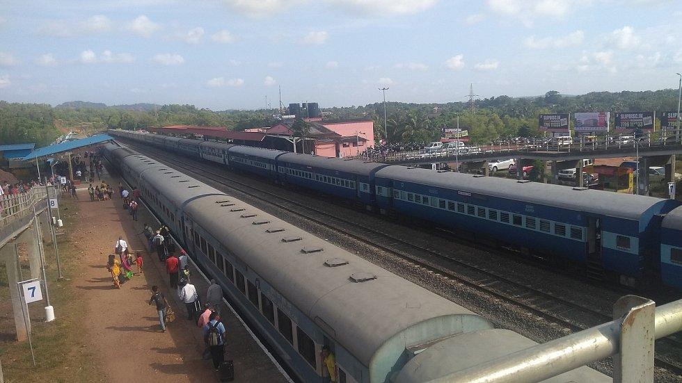Vlakové nádraží ve městě Tivim, kde našli pořezaného Čecha ležet.