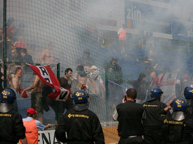 Kvůli brněnským fanouškům byl zápas ve Zlíně na čtvrt hodiny přerušen.