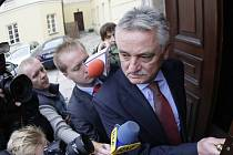 Polský ministr sportu Miroslaw Drzewicki přichází v pondělí do úřadu.