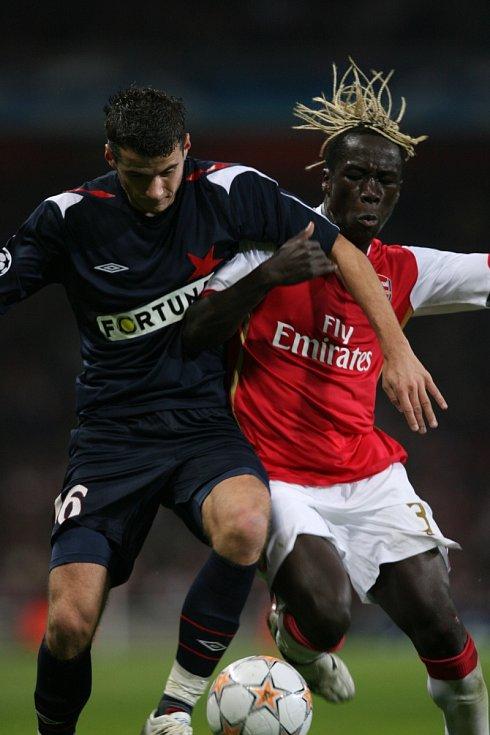 Liga mistrů: Arsenal versus Slavia (na snímku Bacary Sagna a Daniel Pudil)