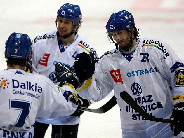 Vítkovické trio Trnka, Plášek (uprostřed) a Štefanka se raduje z druhého gólu do sítě Sparty.