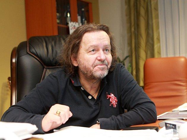 Příznivci Šlágru a čtenáři Deníku dostanou hezké ceny, říká strůjce soutěže, zpěvák, textař, muzikant, producent a majitel televizního kanálu Karel Peterka.