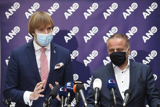 Ministr zdravotnictví Adam Vojtěch (vlevo) a šéf poslaneckého klubu Roman Kubíček