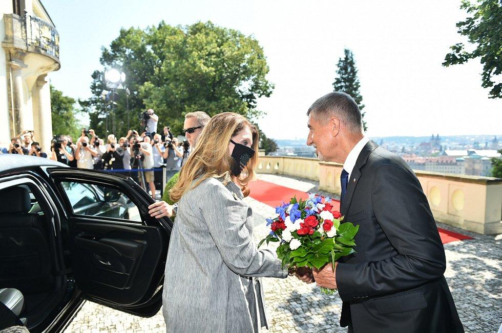Premiér Andrej Babiš si podává ruku s manželkou amerického ministra financí