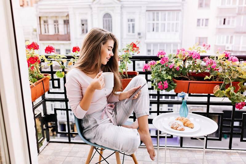 Pořiďte si na balkon květiny, bude vám tam příjemněji.