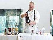 Barman Jan Teska při přípravě koktejlu Copenhagen Beauty