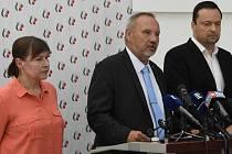 Zleva poslankyně Miloslava Vostrá, předseda poslaneckého klubu KSČM Pavel Kováčik a poslanec Daniel Pavlas