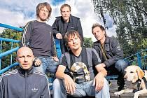 CHINASKI. František Táborský, Ondřej a Štěpán Škochovi, Michal Malátný, Petr Kužvart a pes vyrazili na turné po menších sálech.