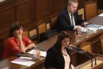 Místopředsedkyně vlády a ministryně financí Alena Schillerová (ANO), ministryně práce Jana Maláčová (ČSSD) a ministr životního prostředí Richard Brabec (ANO), zleva, na schůzi Sněmovny