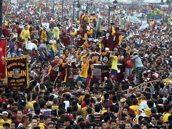 Průvodu v Manile, v němž je vezena černá socha Ježíše Krista v životní velikosti, se podle místní policie zúčastnil více než milion lidí.