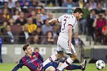 Lionel Messi z Barcelony (vlevo) a Xabi Alonso z Bayernu Mnichov.