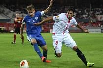 Martin Frýdek z Liberce (vlevo) a Diego Perotti ze Sevilly.
