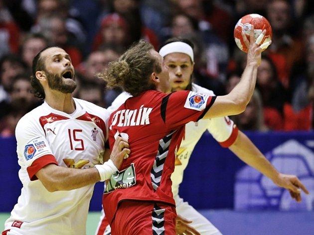 Jan Stehlík (uprostřed) se probíjí přes hráče Dánska.