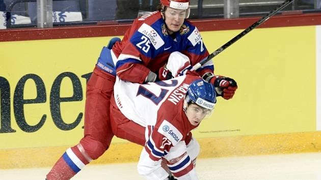 Dominik Mašín (vpravo) proti Rusku na MS dvacítek.