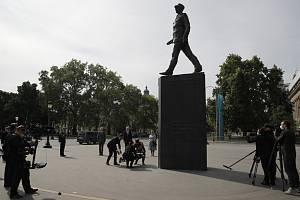 Francouzský prezident Emmanuel Macron (uprostřed vpravo) položil věnec k pomníku generála Charlese de Gaulla v Paříži k 75. výročí konce druhé světové války