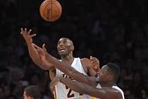 Kobe Bryant (vlevo) a Julius Randle v souboji o míč.