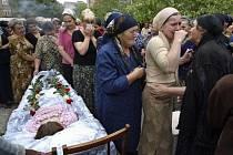 Příbuzní obětí masakru ve škole v Belsanu v Severní Osetii