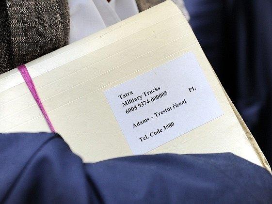 Brněnský městský soud se začal 2. července zabývat případem bývalého šéfa automobilky Tatra Ronalda Adamse, jemuž hrozí až pět let vězení za korupci. Podle obžaloby nabídl náměstkovi ministra obrany Martinu Bartákovi úplatek 20 milionů korun.