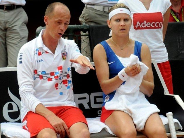 Kapitán Petr Pála dává rady Lucii Šafářová ve Fed Cupu proti Itálii.