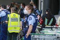 Novozélandští policisté a záchranáři zasahují u supermarketu v Aucklandu, kde 3. září 2021 pobodal útočník šest lidí