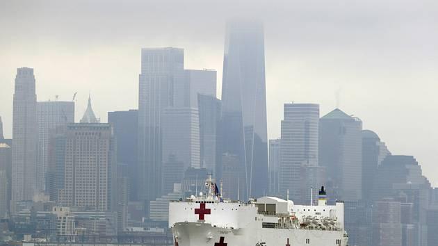 Armádní nemocniční loď USNS Comfort připlula 30. března 2020 do New Yorku. V pozadí jsou mrakodrapy na Manhattanu