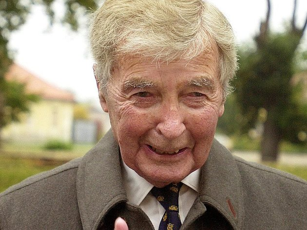 Ve věku 89 let zemřel 14. února britský spisovatel detektivních románů Dick Francis (na archivním snímku z 8. října 2004).