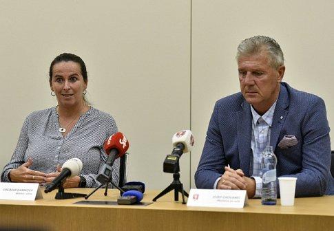 Členka Komise rozhodčích FIFA a UEFA Dagmar Damková a předseda komise rozhodčích Fotbalové asociace ČR Jozef Chovanec vystoupili 17. října 2018 na tiskové konferenci po úvodním školení videorozhodčích.