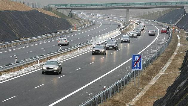 Dálnice D3 se na jih Čech posunuje pomalu. Na snímku otevření úseku Mezno - Chotoviny.