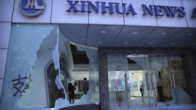 Demonstranty rozbitý vchod kanceláře čínské státní agentury Nová Čína v Hongkongu na snímku z 2. listopadu 2019