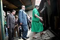 Výstava ve vlaku připomíná tragické osudy lidí za druhé světové války. Zahájení se zúčastnila také paní Kamila Drotárová ( v zelených šatech) která přežila pokusy doktora Mengele.