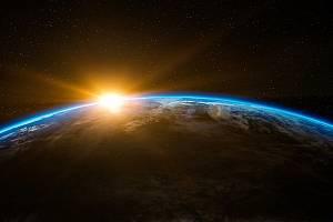 Slunce a Země. Bez Slunce by na Zemi velmi rychle zanikl život.